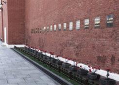 Кто похоронен возле мавзолея на красной площади?